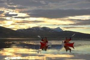 Two guests kayaking under the midnight sun in Tromsø, Norway with villmarkssenter